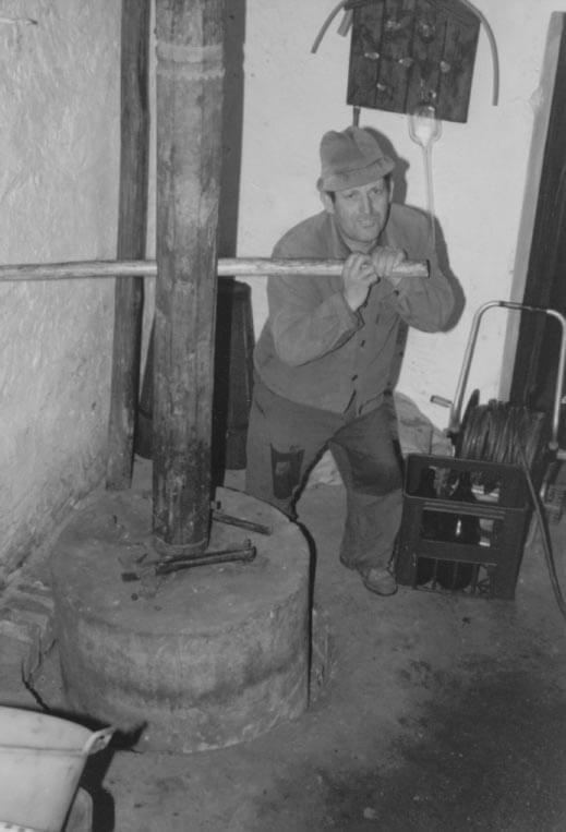 Guber-historisch-Weinpressen